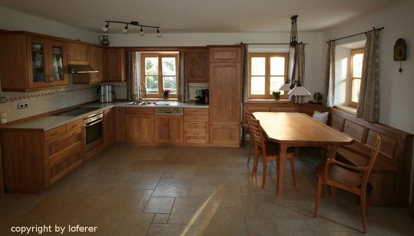 Küche und Eckbank mit Tisch in Ulme