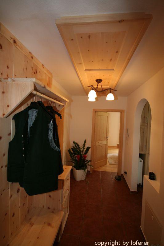 Garderobe und Dielendecke in Zirbe
