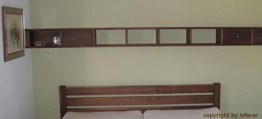 Regal über Bett