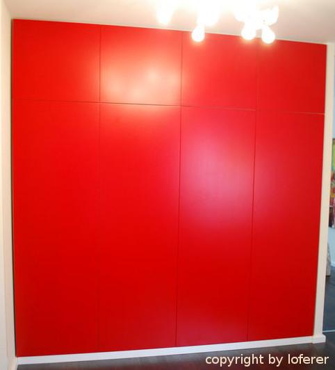 Schrank rot lackiert